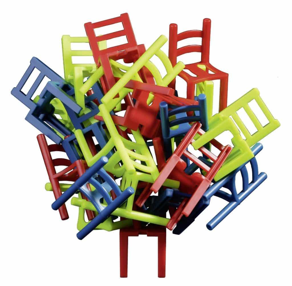 Скреплять с основанием стулья можно спинкой, ножками или сиденьем.