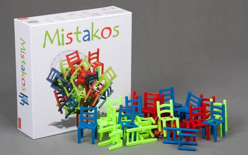В набор входят двадцать четыре стула (по восемь штук синего, красного и зеленого цветов)