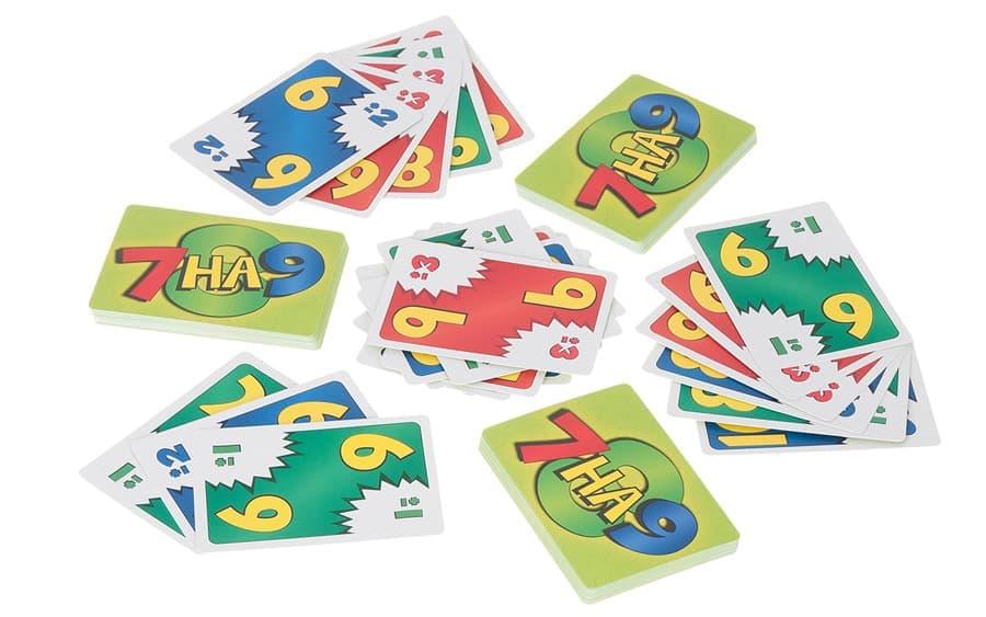 процесс игры в карточную настольную гру 7 на 9